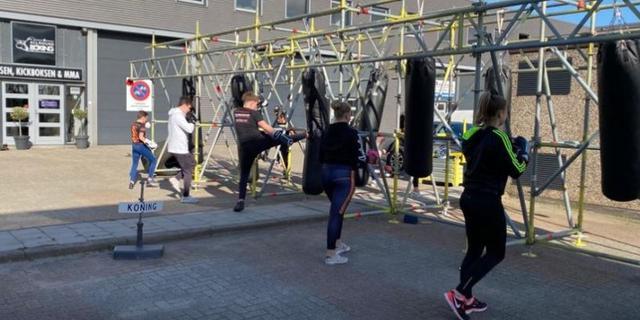 Alphense boksschool hangt bokszakken buiten voor 'coronaproof' sporten
