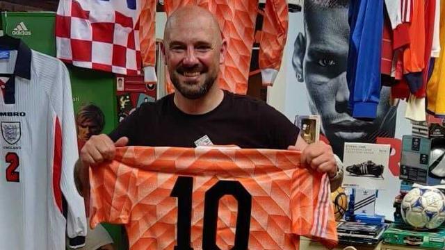 Jesse Rabbeljee met een shirt dat Ruud Gullit droeg tijdens het EK van 1988.