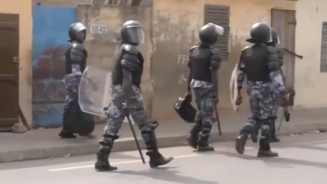 Traangas gebruikt tegen betogers Togo die aftreden president eisen