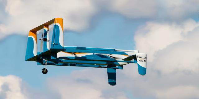 Amazon patenteert vliegend distributiecentrum voor drones