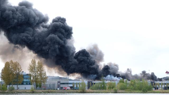 Bedrijfsgebouw Amsterdam verwoest door grote brand