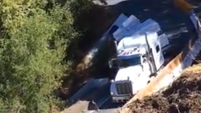 Vrachtwagen in Californië glijdt van weg af