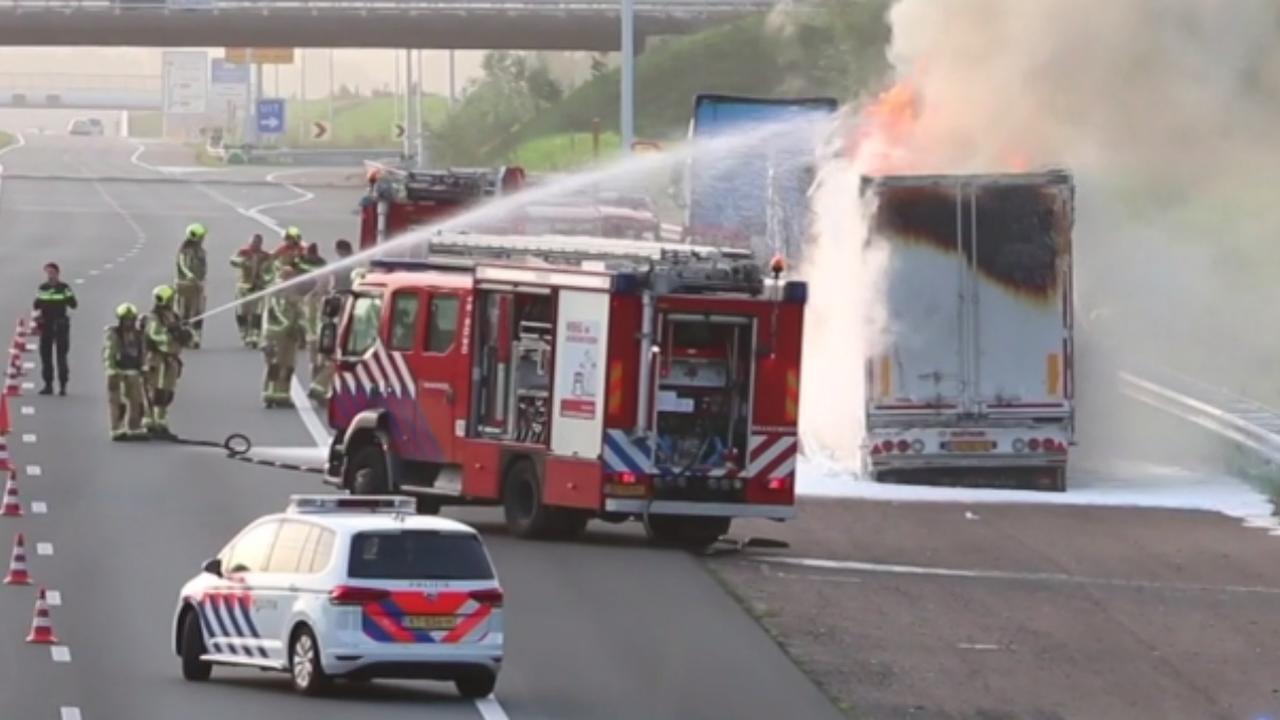 Brandweer blust brandende vrachtwagen op A4