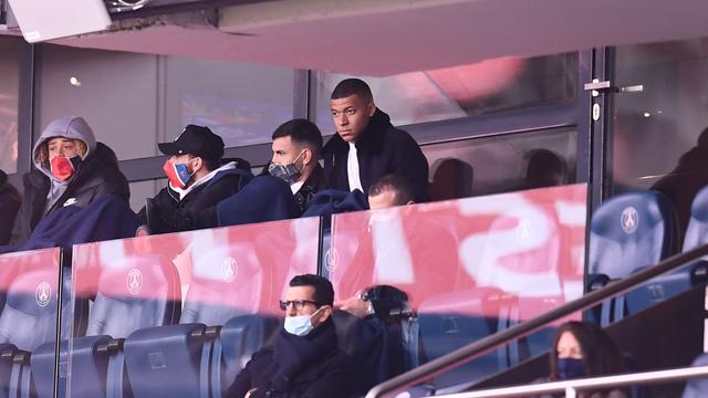 Kylian Mbappe (rechtsboven) bekeek het duel met RC Lens van zaterdag vanaf de tribune.