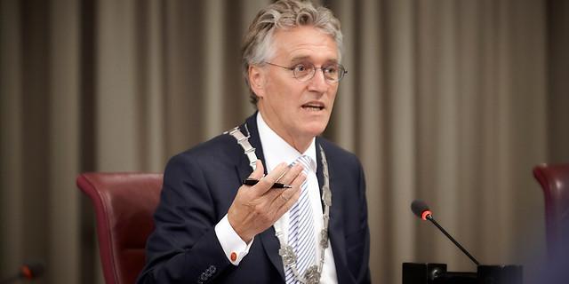 Burgemeester Jorritsma van Eindhoven adviseert mondkapje te dragen