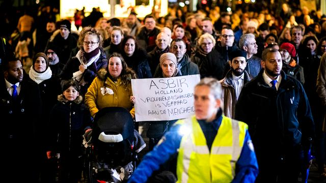Honderden lopen mee in stille tocht na dood vrouwen in Rotterdam