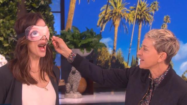 Ellen blinddoekt Jennifer Garner en voert haar voor goede doel