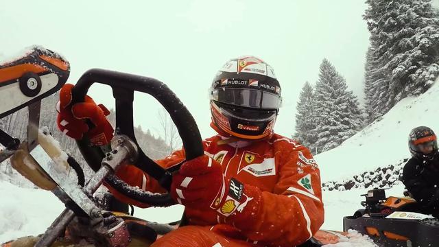 Kimi Räikkönen racet in kart tegen fans door Zwitserse Alpen