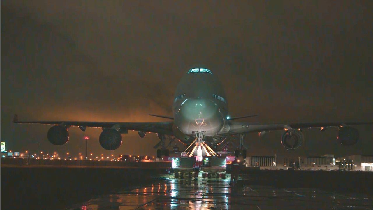 Boeing 747 's nachts over snelweg A9 vervoerd