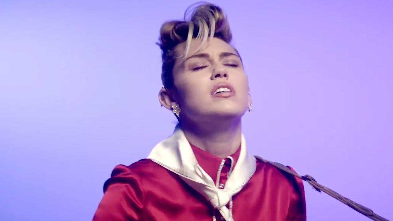 Miley Cyrus brengt eerbetoon aan Elvis Presley met nieuwe clip