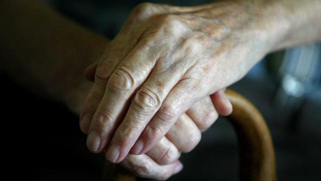 Man uit Leiden (79) ligt vijf dagen hulpeloos in huis