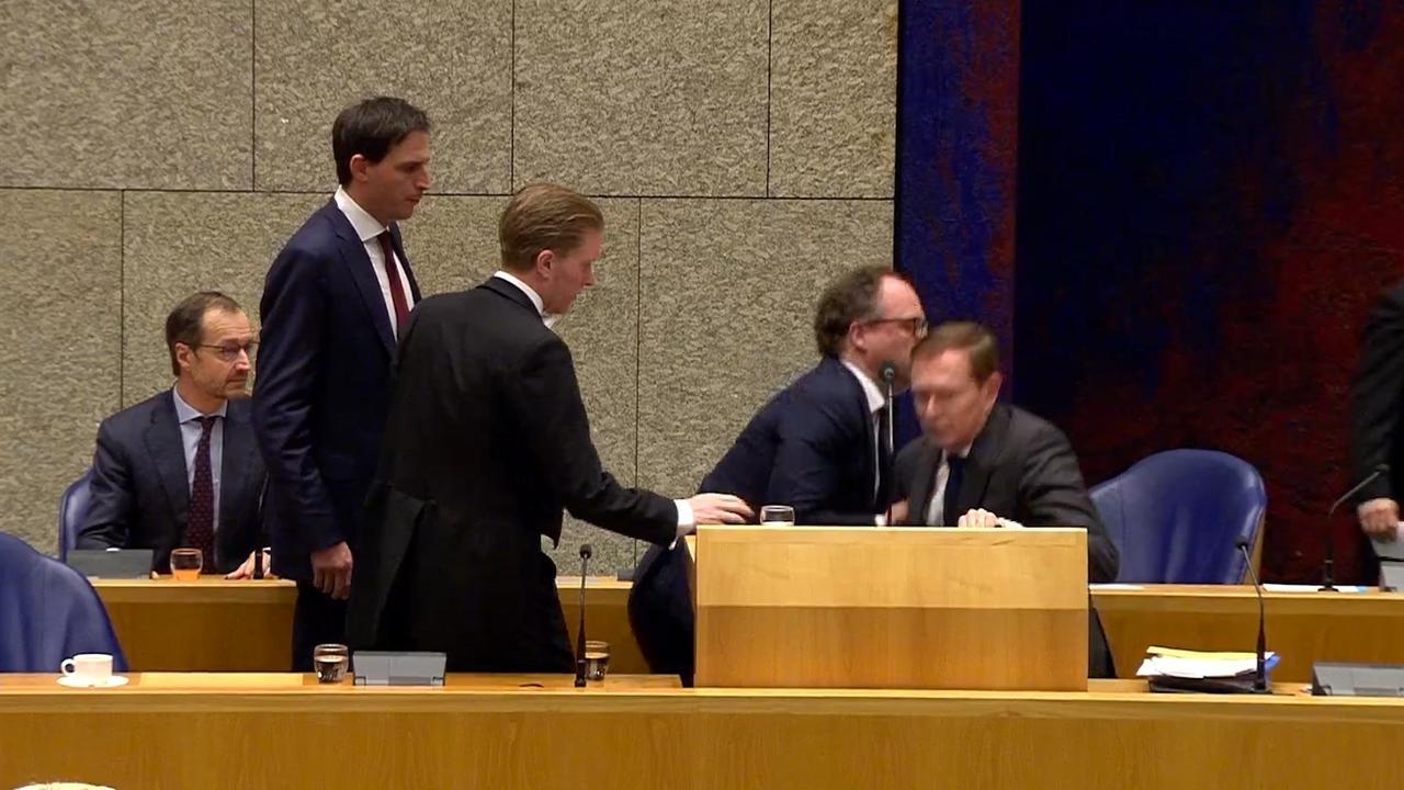 Minister Bruins zakt in elkaar tijdens debat, treedt dag later af