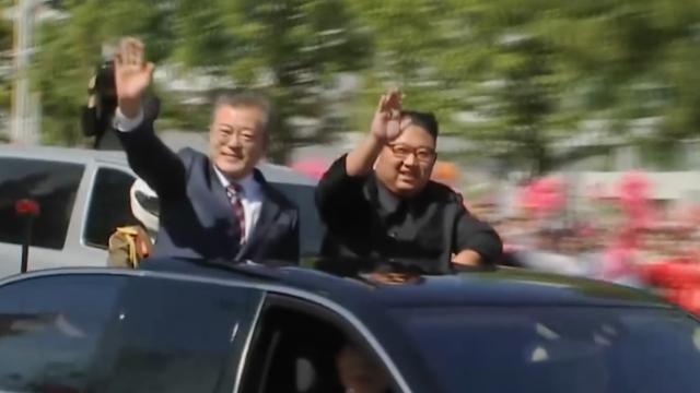 Koreaanse leiders begroeten publiek bij parade in Pyongyang