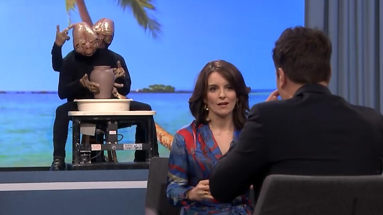 Tina Fey moet raden wat achter haar staat in talkshow