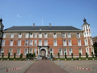 Voertuigen onderweg naar Koninklijke Militaire Academie