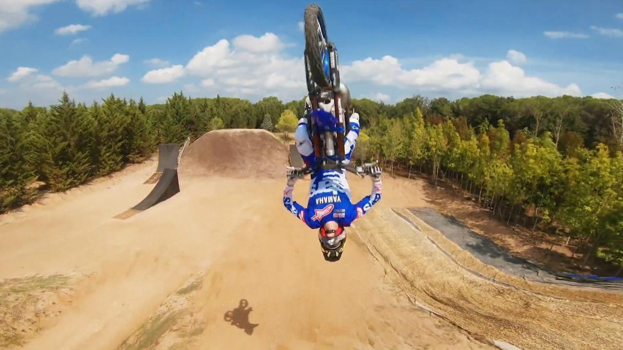 Drone filmt stuntende motorcrosser op spectaculaire wijze