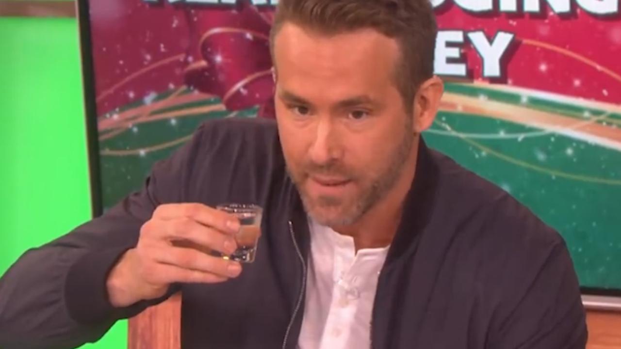 Ryan Reynolds speelt drankspel: 'Hugh Jackman draagt geen ondergoed'