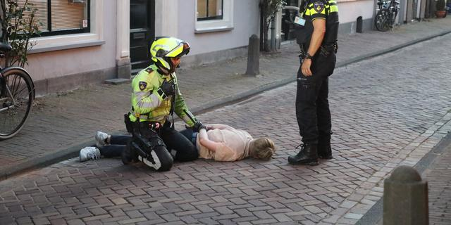 Overlast van dronken groep in centrum Leiden, man valt door ruit van woning
