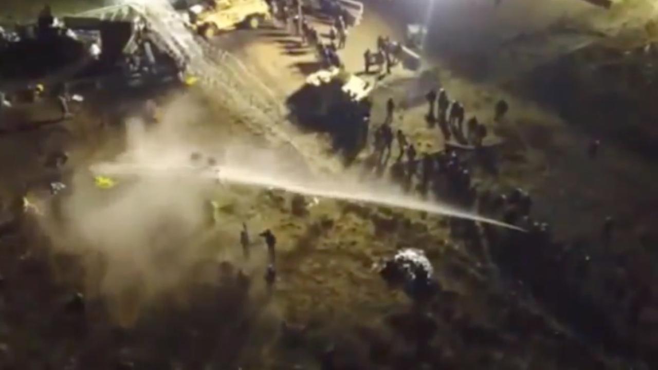 Amerikaanse politie zet waterkanon in tijdens protesten
