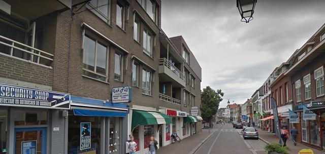 Luifel van slagerij op de Haagdijk in Breda vat vlam