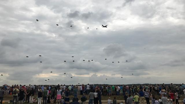 Parachutisten gesprongen bij herdenking Slag om Arnhem