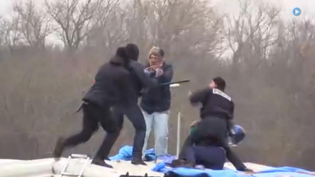 Politie pakt vluchtelingen hardhandig aan in Calais