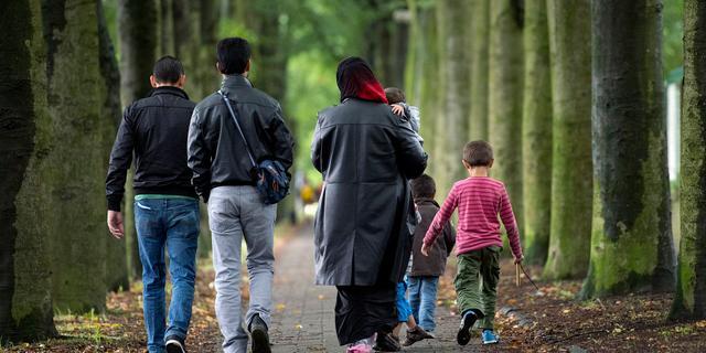 Vluchtelingen vertrekken vanuit Olst richting nieuwe locatie in Utrecht