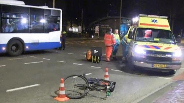 Vrouw gewond na aanrijding bus Amsterdam.