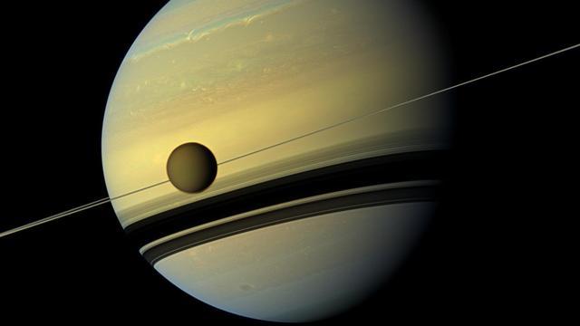 Astronomen brengen het landschap van Saturnus' grootste maan in kaart