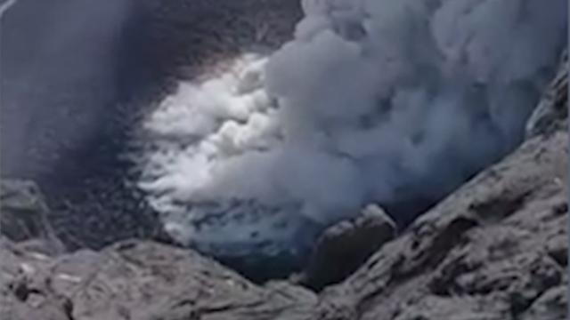 Lokale priester filmt actieve Balinese vulkaan Agung van boven