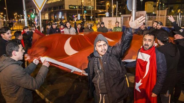 'Koerdische en Turkse demonstranten Utrecht Centraal zochten elkaar bewust op'