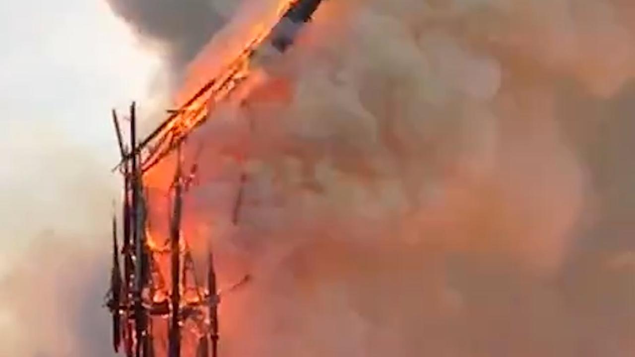 Torenspits Notre-Dame valt naar beneden door verwoestende brand