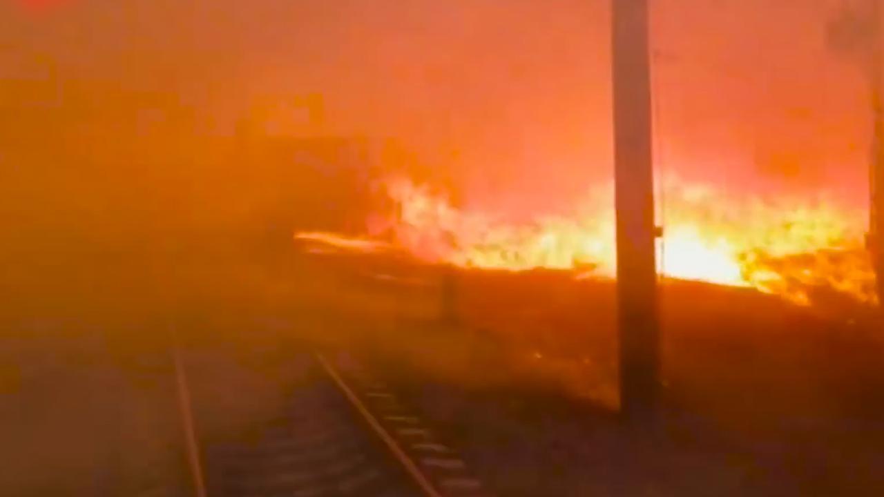 Russische trein rijdt door grote natuurbrand heen