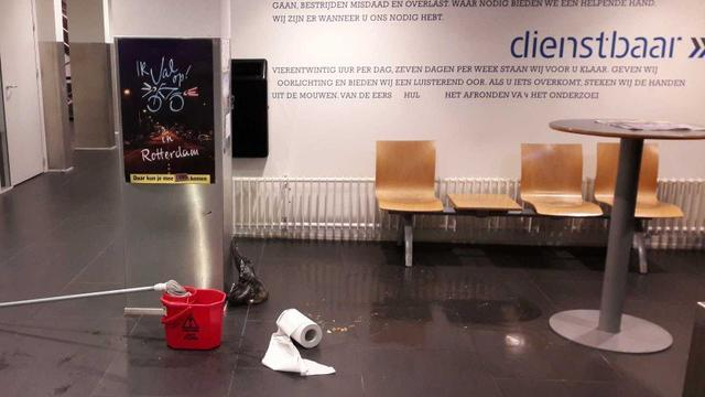 Dronken student geeft over en poept midden in Rotterdams politiebureau