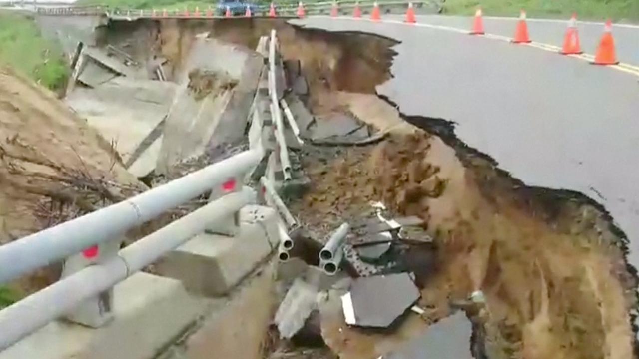 Storm in Taiwan veroorzaakt grote krater in weg