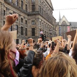 Video | Drukke Dam in Amsterdam minuut stil voor doden door politiegeweld