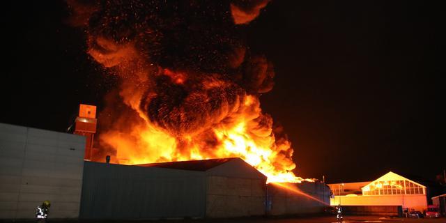 Grote uitslaande brand in bedrijfspand op Schiedams industrieterrein