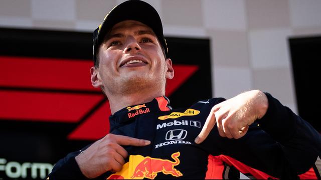 Max Verstappen bedankt Honda na zijn zege op het podium van de Grand Prix van Oostenrijk in 2019.