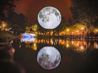 Nepmaan hangt tijdens festival Let's Gro boven Waagplein