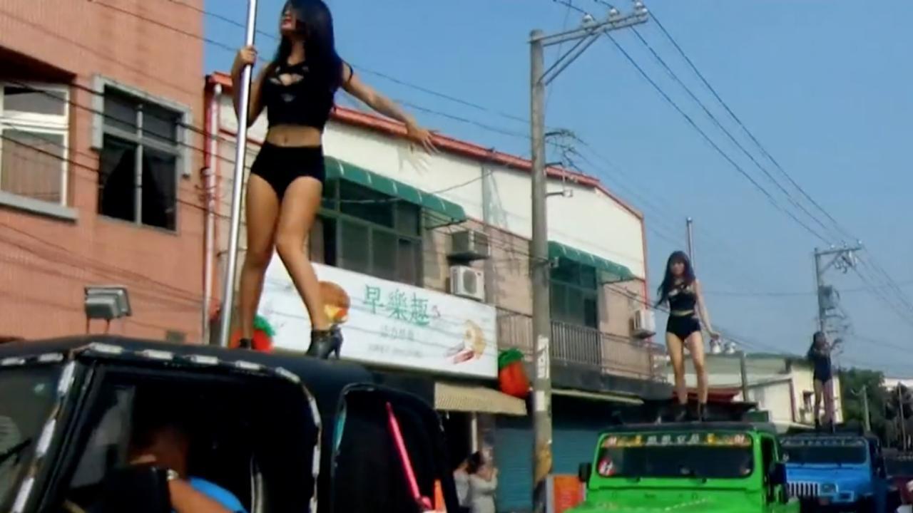 Paaldanseressen dansen op auto's op begrafenis Taiwanese ambtenaar