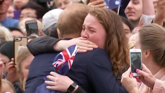 Fan barst in tranen uit na knuffel van prins Harry