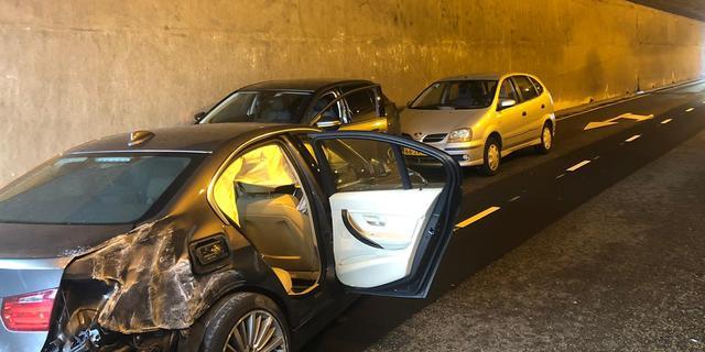 Automobilist rijdt verkeerde tunnelbuis in en ramt drie auto's