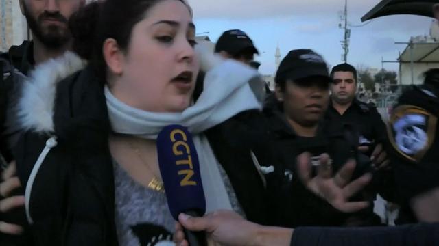 Vrouw wordt tijdens interview weggeduwd door Israëlische politie