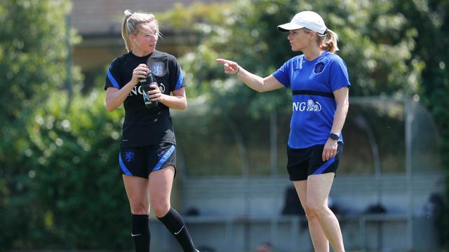 Bondscoach Sarina Wiegman spreekt met Jackie Groenen tijdens een training in het Italiaanse Imola.