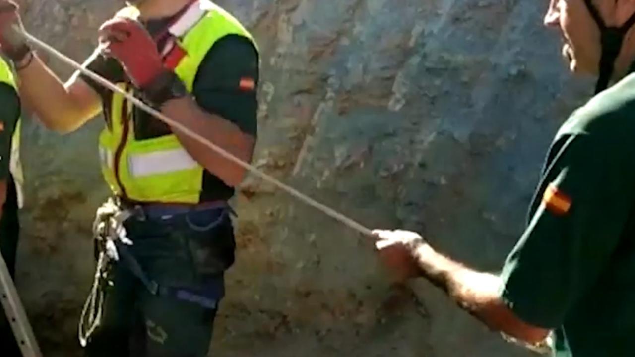 Hulpdiensten Spanje pogen kind uit 110 meter diepe put te halen