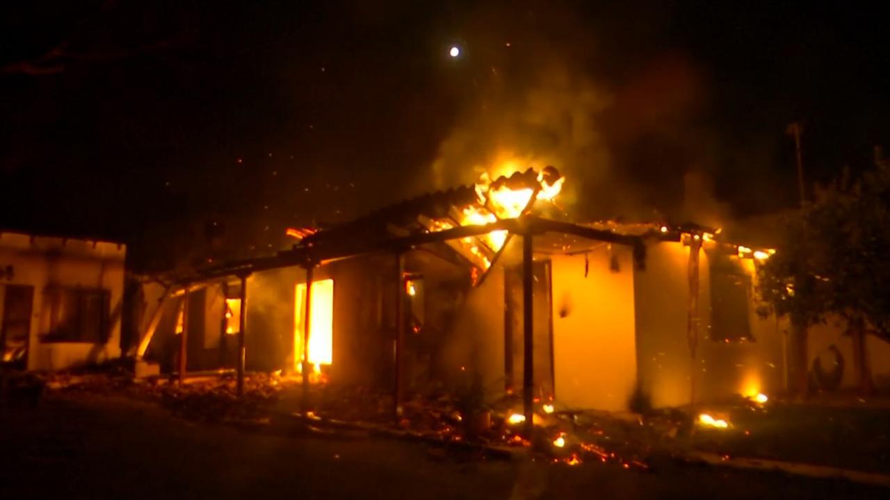 Huizen gaan in vlammen op door dodelijke bosbrand Athene