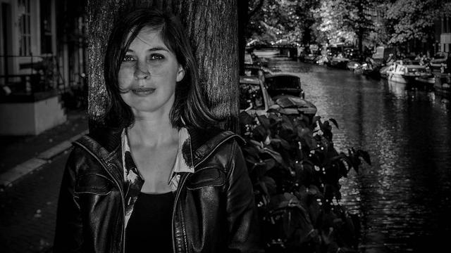 Auteur Marlies Allewijn praat met leerlingen over Slag om de Schelde