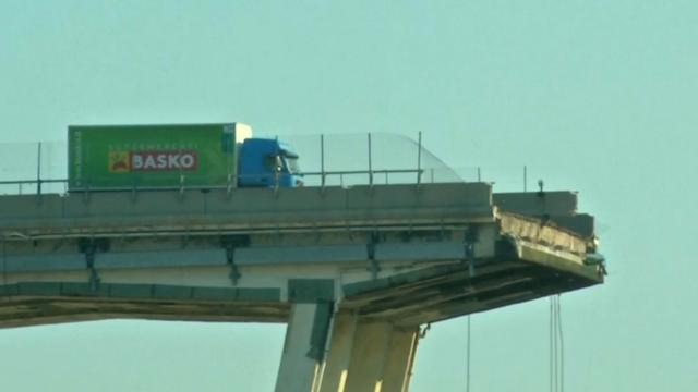 Brandweer verwijdert vrachtwagen van rand ingestorte brug Genua