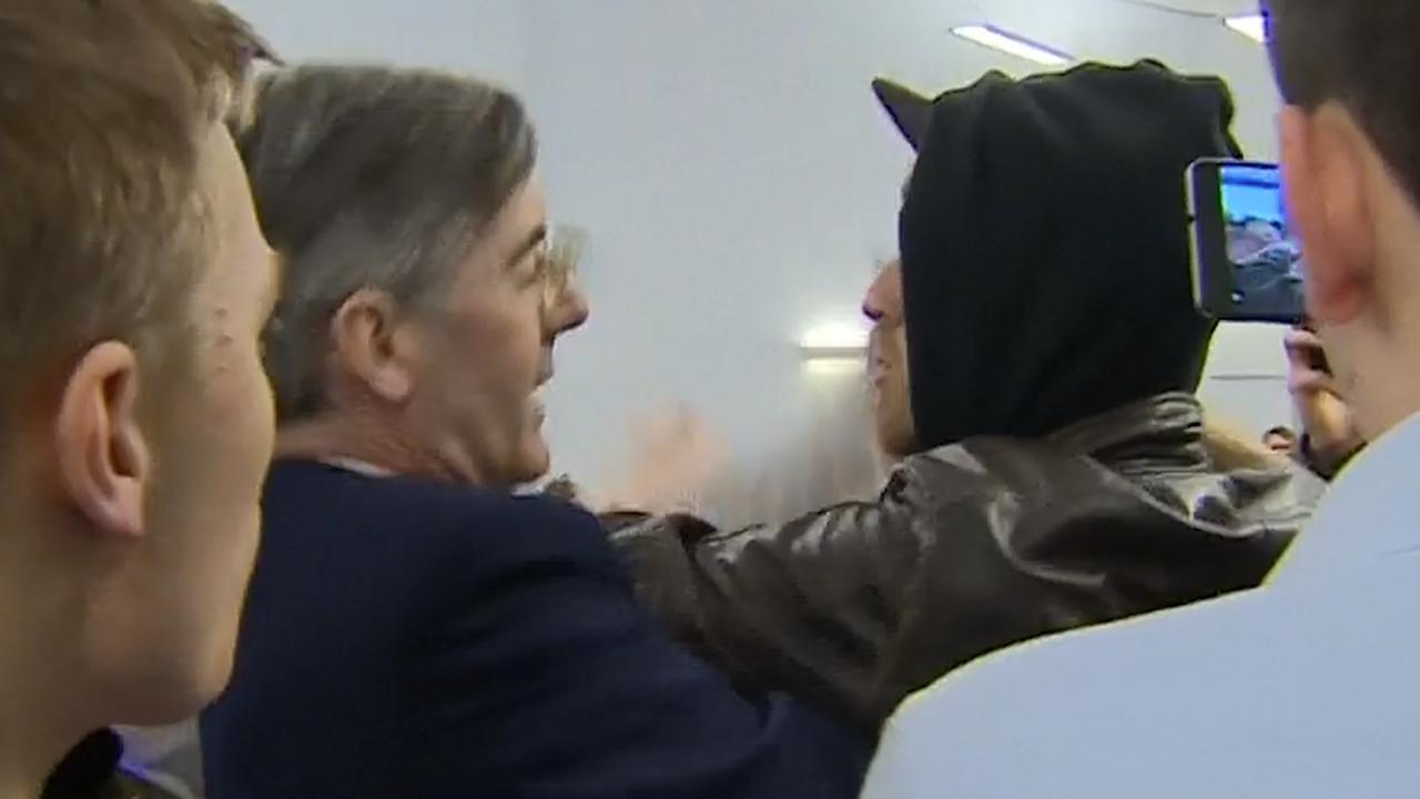 Brits parlementslid probeert gevecht op bijeenkomst te stoppen