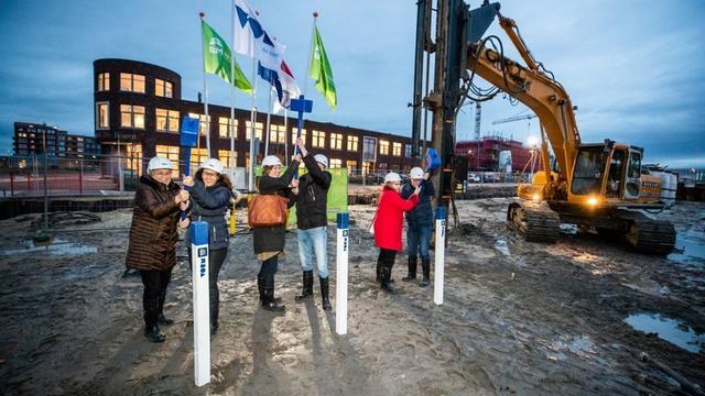 Wethouder geeft startsein voor bouw appartementencomplex Leeuwesteyn